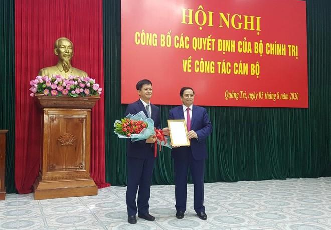 Ủy viên Bộ Chính trị, Bí thư T.Ư Đảng, Trưởng Ban Tổ chức T.Ư Phạm Minh Chính (bìa phải) trao quyết định cho ông Lê Quang Tùng /// ẢNH: THANH LỘC