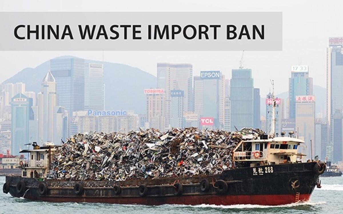 Tàu chở rác. Ảnh: China Briefing.