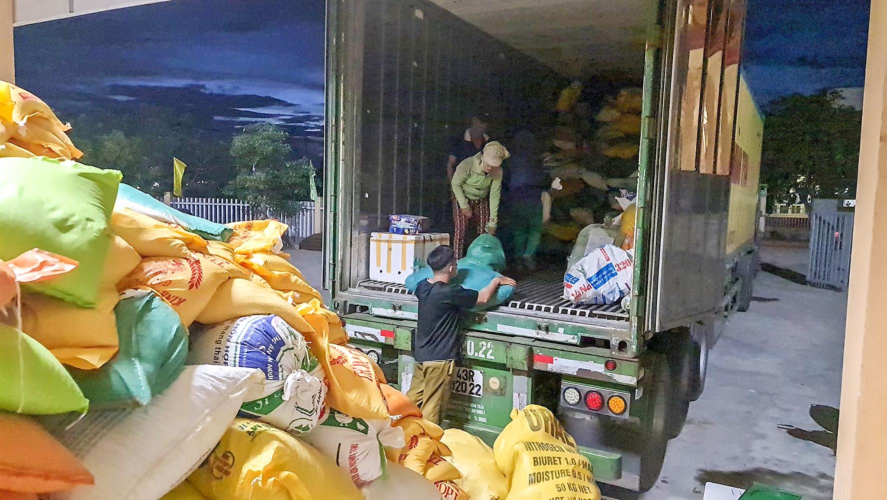 Sắp xếp hàng hóa hỗ trợ lên xe vận chuyển vào các tỉnh, thành phía Nam-Ảnh: LÊ TRƯỜNG