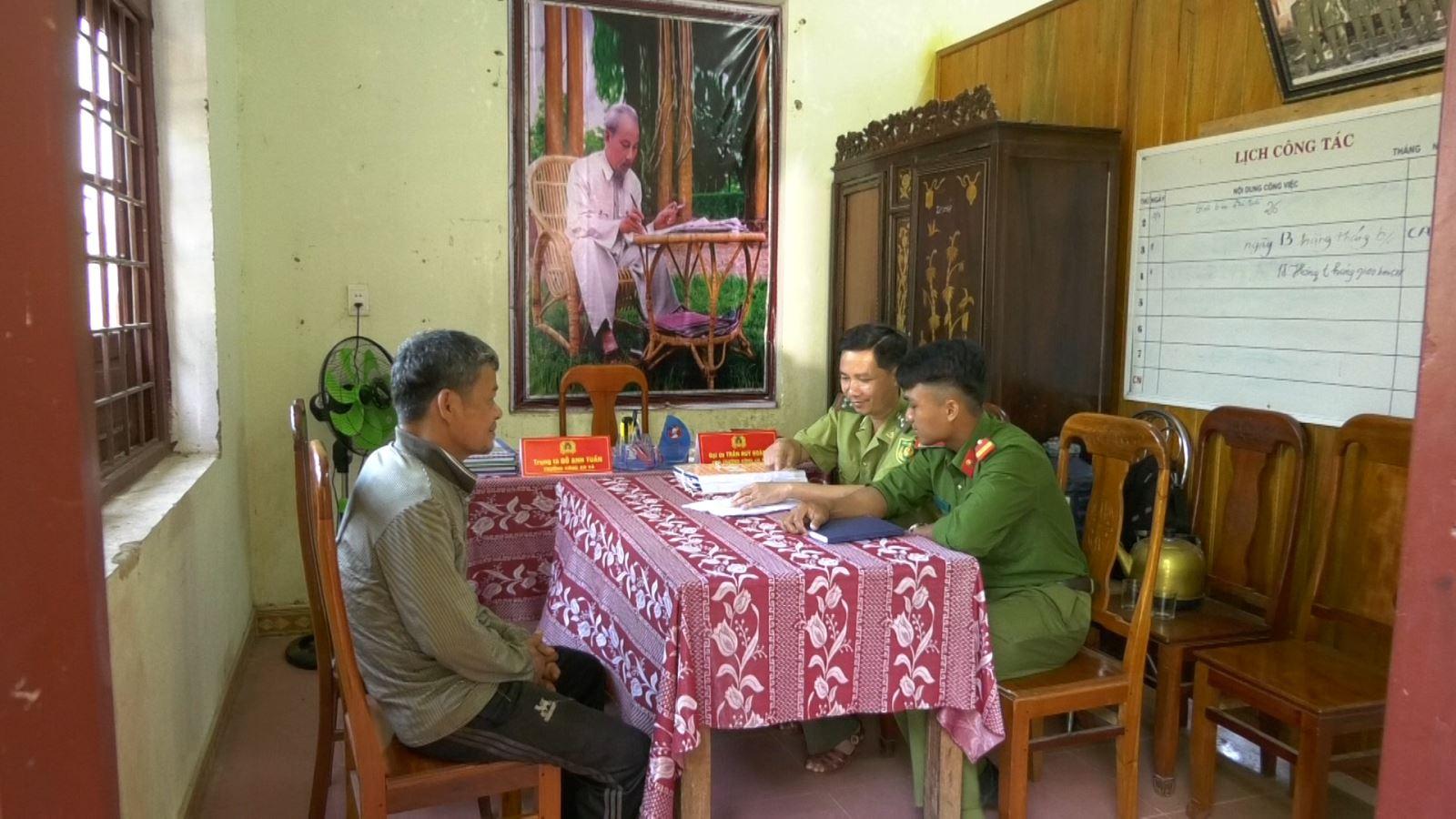 Lực lượng chức năng lập biên bản xử lý trường hợp xâm hại rừng phòng hộ đối với ông Hồ Văn Bình