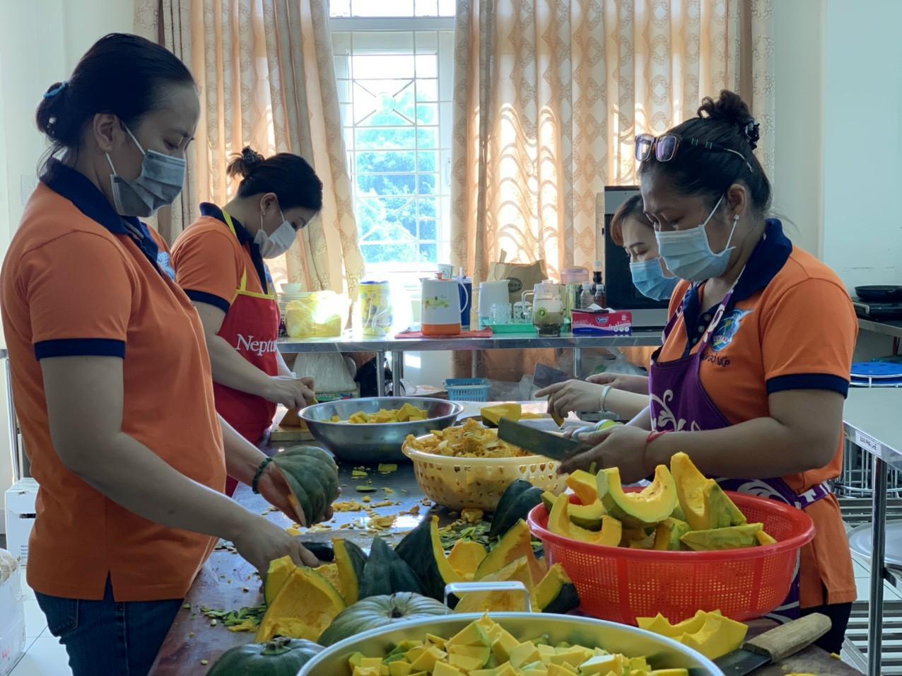 Hội viên phụ nữ thành phố Hồ Chí Minh sơ chế thực phẩm được gửi từ phụ nữ Quảng Trị