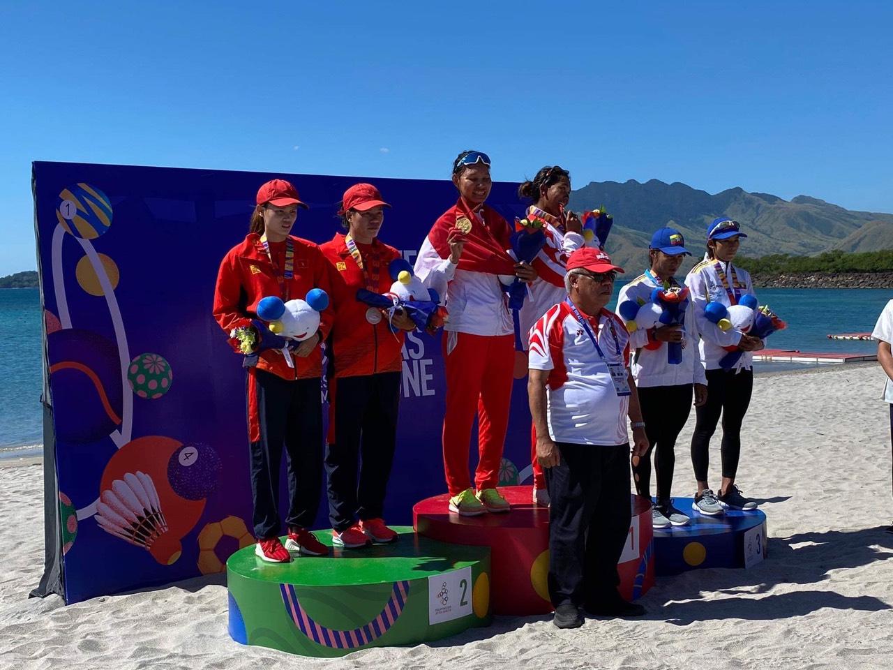Lê Thị Hiền cùng đồng đội đội tuyển Rowing Việt Nam nhận Huy chương Bạc Seegames 30 diễn ra tại Philippin