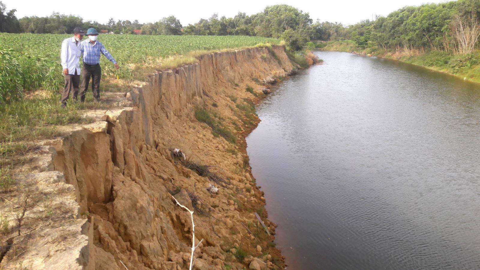 Nhiều diện tích đất nông nghiệp ven sông Nhùng (Hải Lăng) bị nước lũ cuốn trôi