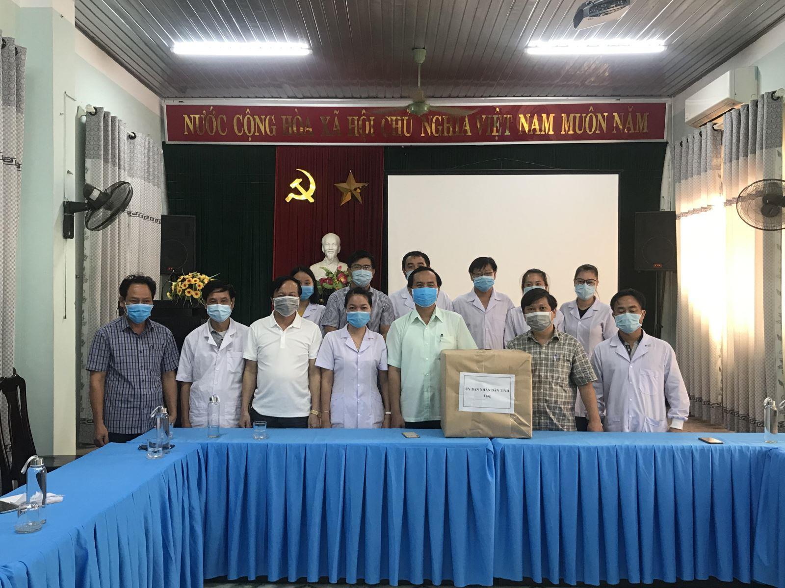 Chủ tịch UBND tỉnh Võ Văn Hưng thăm Trung tâm Kiểm soát bệnh tật tỉnh